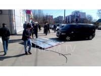 Женщина, на которую упал рекламный щит, получит компенсацию