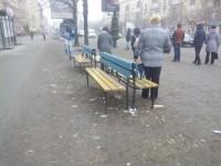 В центре Запорожья остановку забросали мусором (фото)