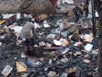 Бездомные разбирают вещи владельцев сгоревшей квартиры – подробности