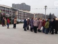 В бой идут одни старики: возле памятника учительницы прошла защитная акция