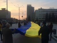 В центре Запорожья развернули в честь революции 100-метровый флаг