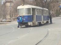 В Запорожье в очередной раз сошел трамвай с рельс (фото)