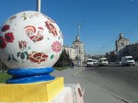 В центре Запорожья шары украсили петриковской росписью (Фото)