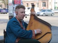 В центре Запорожья кобзарь сыграл каверы известных хитов (Видео)