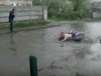 Мелитополец устроил по дороге заплыв на надувном матрасе (Видео)