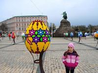 Мастерица из Запорожской области сделала огромную писанку из детского конструктора