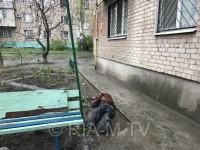 Жители многоэтажки в Запорожской области обнаружили возле подъезда тело