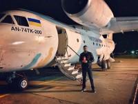 Заммэра встретил священный огонь из Иерусалима возле самолета (Фото)