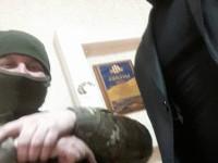 Запорожский бизнесмен сделал селфи с автоматчиком во время обыска