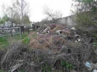 Запорожец раскритиковал коммунальщиков за горы мусора на кладбище (Фото)