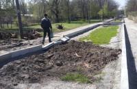 В Запорожье бордюры для клумб установили прямо на асфальте (Фото)