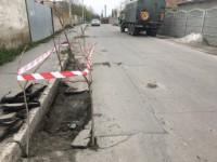 Провалившийся под землю мусоровоз доставали при помощи спецтехники
