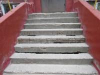 В Запорожье ступеньки нескольких домов разрушила антигололедная смесь
