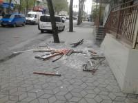 В Запорожской области балконная рама со стеклом упала на тротуар