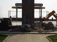 На запорожском курорте три дня не могут убрать постамент Ленина