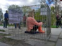 Запорожанка приковала себя цепью к клетке в центре города (Фото)
