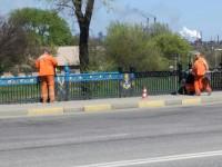 Патриотичный забор в центре Запорожья закрашивают коммунальщики