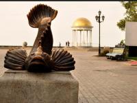 На запорожском курорте мопедист врезался в памятник бычку