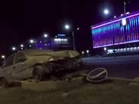 Таксист снес в центре Запорожья знак, торопясь на вызов (Видео)