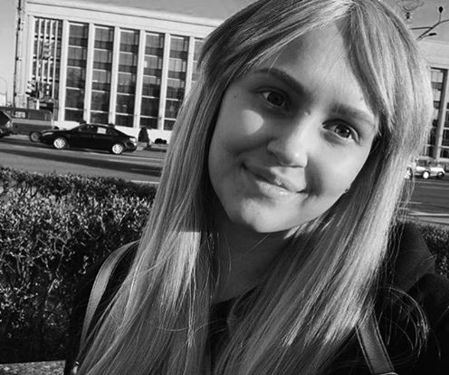 Девушка в парке рачком фото 97-623