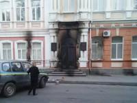 В Запорожской области здание мэрии забросали бутылками с зажигательной смесью (Фото)