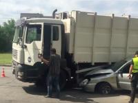 В Запорожье водитель мусоровоза смял «Ланос» (Видео)