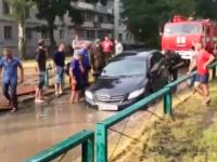 В Запорожье автомобиль застрял в затопленной ливнем яме (Видео)