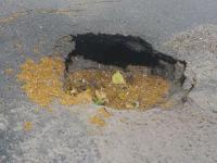 В центре Запорожья снова провалился участок асфальта