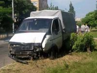 Водитель «Газели» врезался в дерево из-за агрессивного пешехода