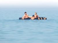 На запорожском курорте двоих детей унесло на матрасе в море