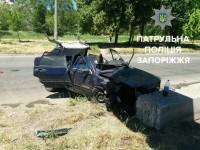 В Запорожье легковушка на скорости влетела в столб – есть пострадавшие (Фото)