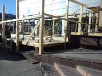 В центре Запорожья летнюю площадку кафе устанавливают на пандусе для инвалидов