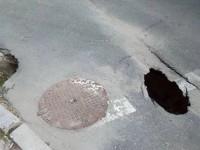Фотофакт: в Запорожье провалился участок асфальта