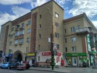 На памятку архитектуры в центре Запорожья повесили почти сотню рекламных щитов