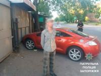 Мужчина врезался на угнанном авто в киоск в центре Запорожья