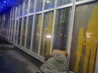 Фотофакт: запорожцы ночуют под магазинами секонд-хендов перед завозом товара