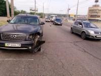 На ДнепроГЭСе у «Жигулей» отвалилось колесо, повредив Infinity