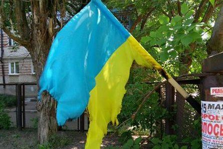 ВБердянске неизвестные подожгли флаг Украинского государства