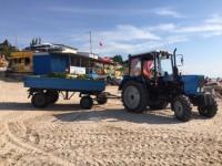 С пляжей Кирилловки начали вывозить водоросли тоннами