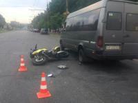 В центре Запорожья мотоциклист врезался в маршрутку
