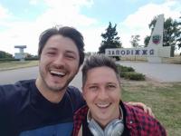 Известные шоумены сделали селфи на въезде в Запорожье