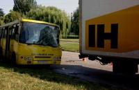 В Запорожье маршрутка врезалась в грузовик службы доставки (Фото)