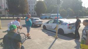 Напротив запорожской мэрии велосипедист сделал тройное сальто через капот «Ланоса» (Фото)