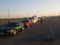 Бердянские пограничники задержали мужчину, который торговал местами в очереди на границе с Крымом