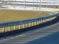 Двое мужчин средь бела дня украли на запорожской трассе 17 метров ограждений