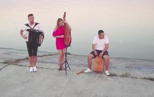 Запорожский баянист сыграл в дуэте кавер на песню, набравшую 3 миллиарда просмотров (Видео)