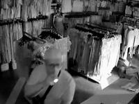 Магазинный вор с фонариком прихватил вместе с деньгами трусы (Видео)
