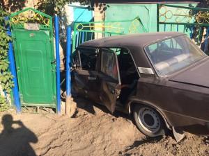В результате тройного ДТП «Жигули» протаранили ворота жилого дома (Фото)
