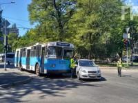 В центре Запорожья легковушка «подрезала» троллейбус – образовалась пробка