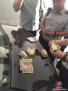 В Запорожье при передаче взятки задержали полицейского начальника вместе с водителем